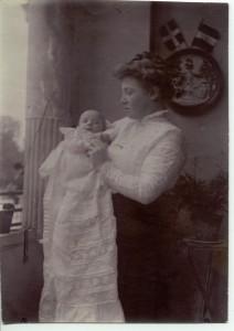 NC's mor med NC. Formentlig barnedåb 1909.