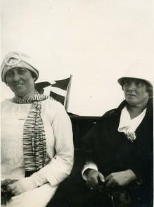 11b. Marie og Anna 1927